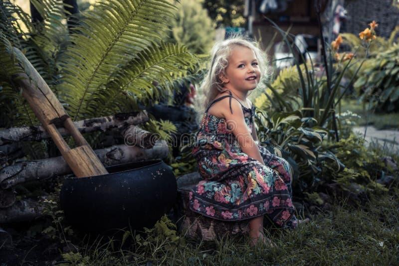 Härlig lycklig gladlynt barnflicka som ler lycklig bekymmerslös barndom för bygdbegrepp i lantlig livsstil för bygd arkivbild