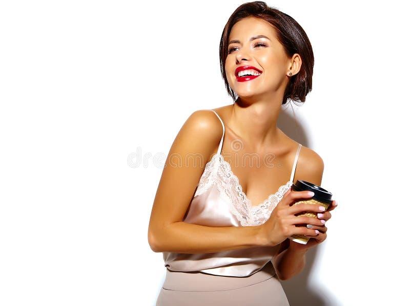 Härlig lycklig gullig sexig brunettkvinna med röda kanter i pyjamasdamunderkläder på vit bakgrund royaltyfria foton