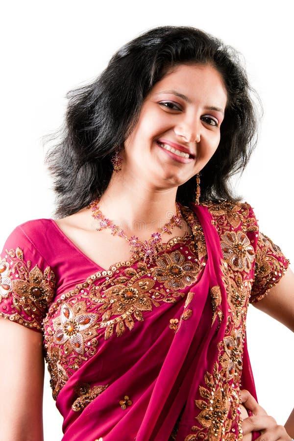 härlig lycklig indisk rosa sarikvinna fotografering för bildbyråer