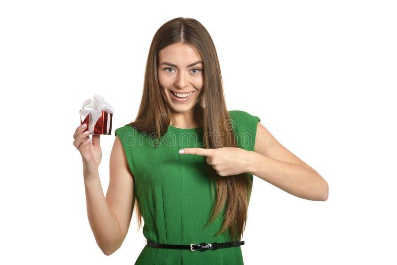 Härlig lycklig kvinna i grön klänning med den lilla gåvaasken som isoleras på vit bakgrund arkivfoton