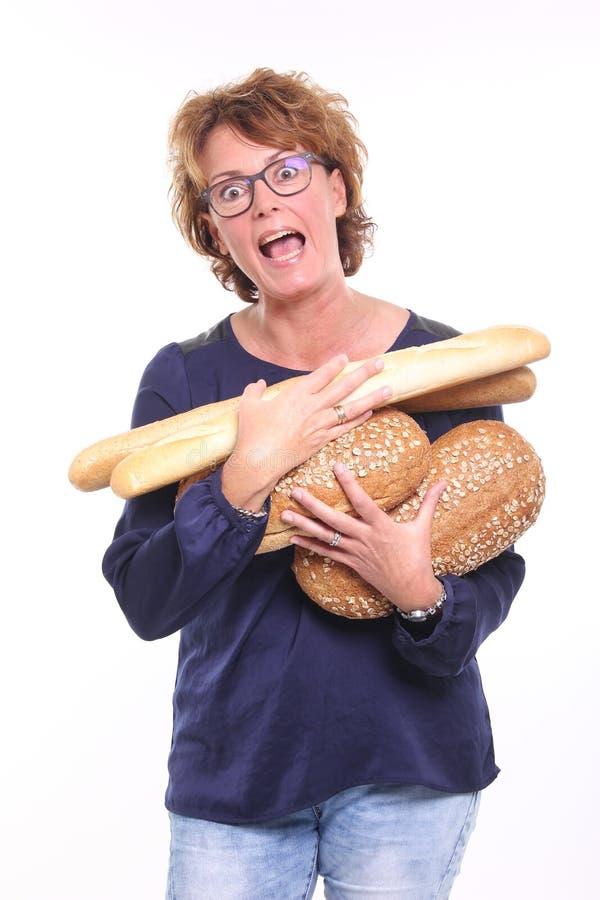 Härlig lycklig kvinna som rymmer älskvärd mat arkivfoton