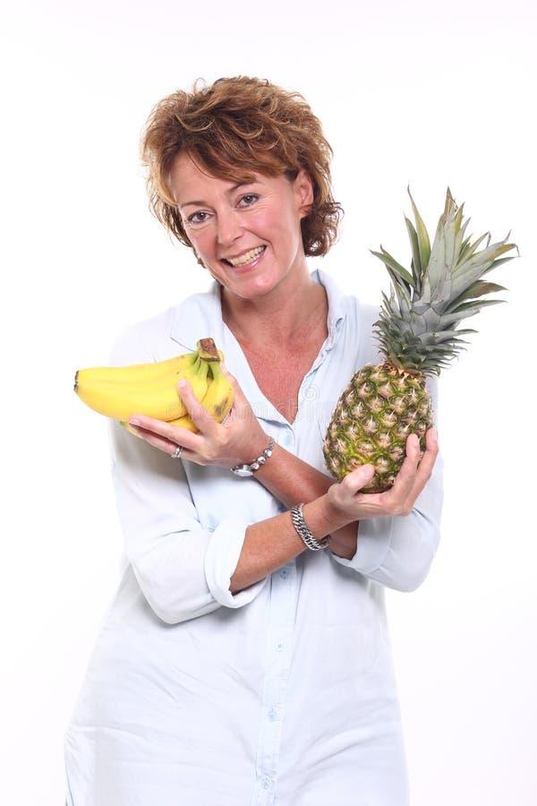Härlig lycklig kvinna som rymmer älskvärd mat royaltyfri foto