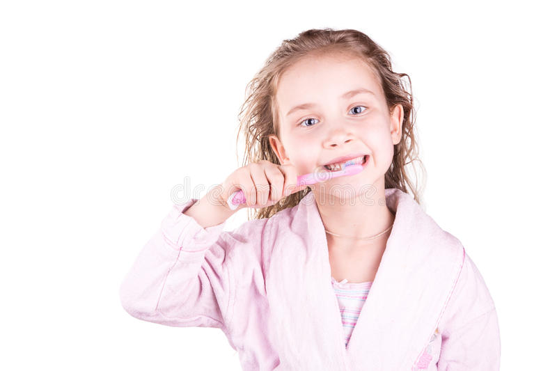 Härlig lycklig le liten flicka som borstar hennes tänder efter badet, dusch royaltyfri bild