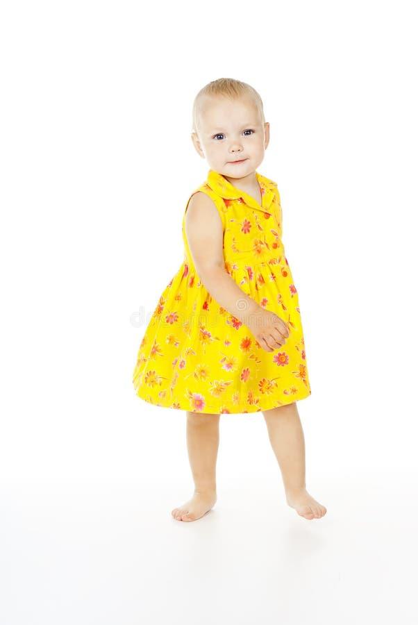 Härlig lycklig liten flickadans på golvet arkivfoto