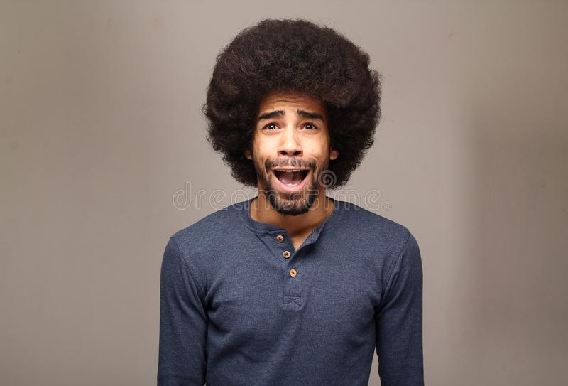 Härlig lycklig skraj afro man som framme poserar av en bakgrund arkivbilder