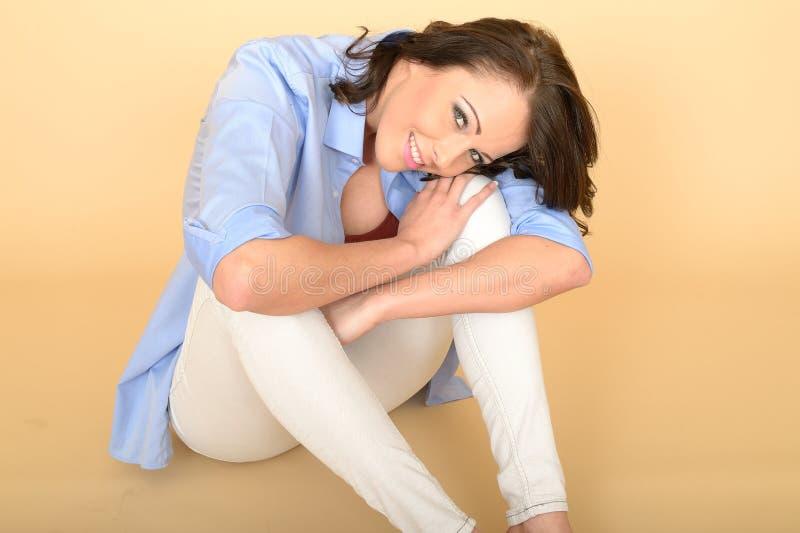 Härlig lycklig ung kvinna Sat på koppla av för golv arkivbilder