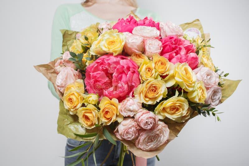 Härlig lyxig bukett av blandade blommor i kvinnahand arbetet av blomsterhandlaren på en blomsterhandel royaltyfri fotografi