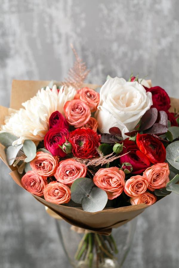 Härlig lyxig bukett av blandade blommor i vas arbetet av blomsterhandlaren på en blomsterhandel kopiera avstånd royaltyfri foto