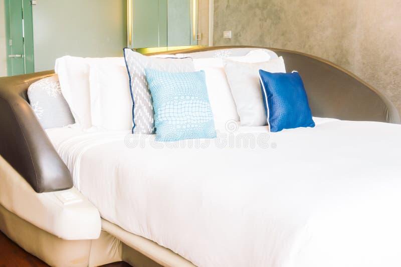 Härlig lyxig kudde på säng arkivfoto