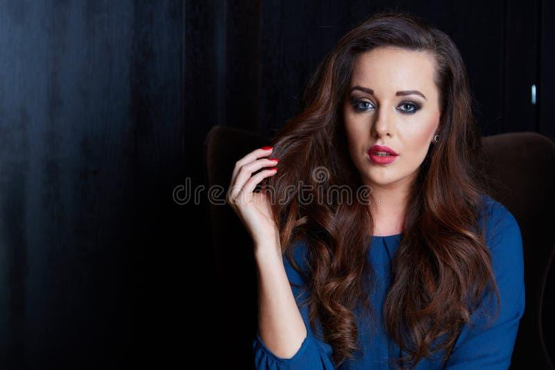 härlig lyxig kvinna arkivfoto