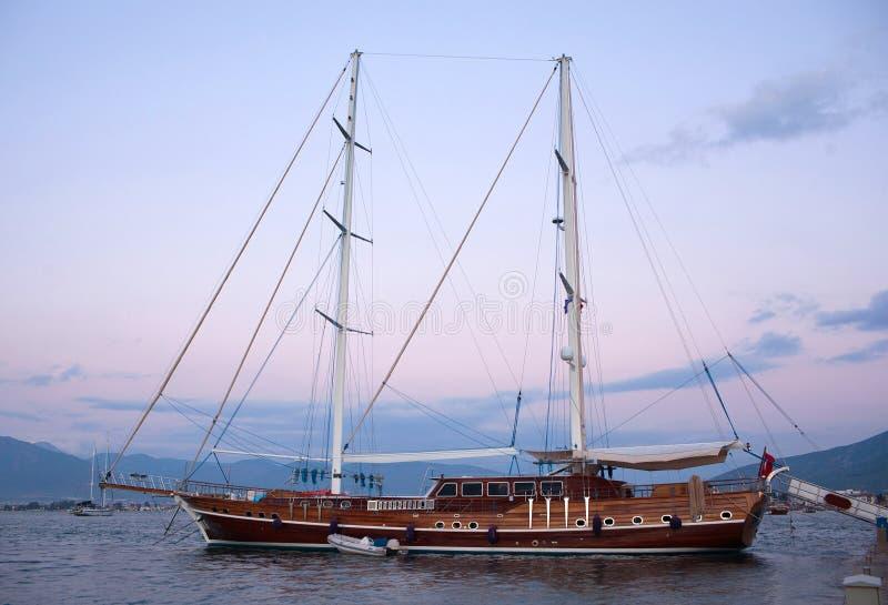 Härlig lyxig yacht i det lugna havet royaltyfria foton