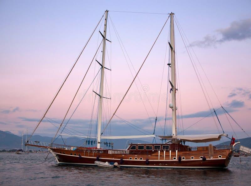 Härlig lyxig yacht i havet på solnedgången arkivbilder