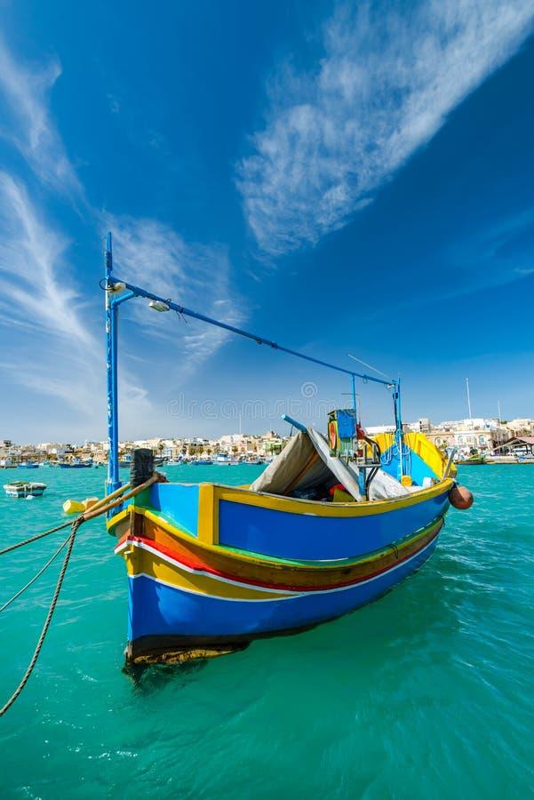 Härlig målad fiskebåt på turkosvatten i Marsaxlokk, arkivfoto