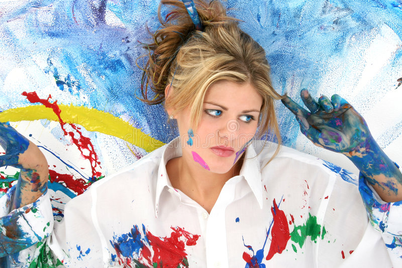 härlig målarfärg plaskat kvinnabarn arkivbild