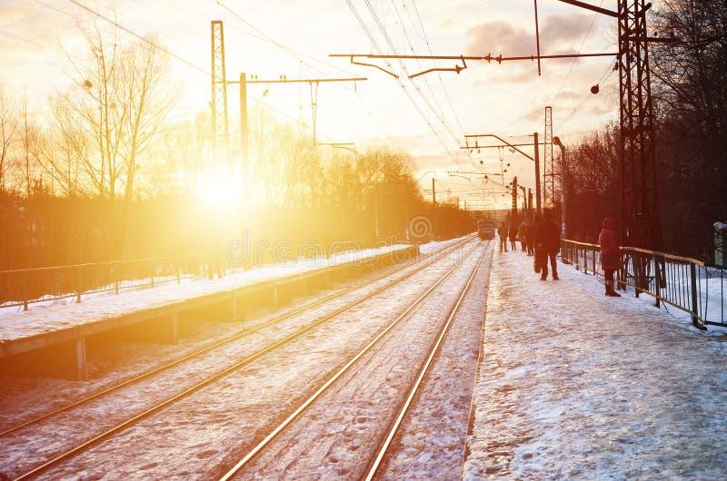 Härlig mångfärgad molnig himmel under en ljus orange solnedgång Spåret passerar till och med bykolonierna Rysk järnväg la fotografering för bildbyråer