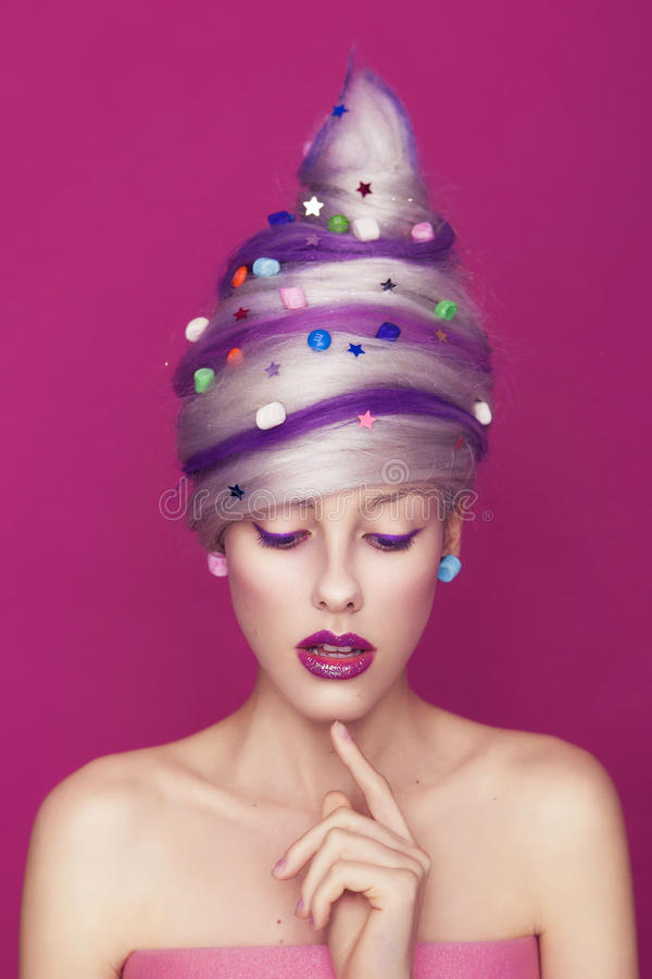Härlig mager kvinna i söt stildräkt för idérik godis: kunna fotografering för bildbyråer