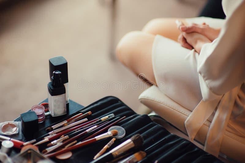Härlig makeup för brudståendebröllop, bröllopfrisyr, bröllopsklänning fotografering för bildbyråer