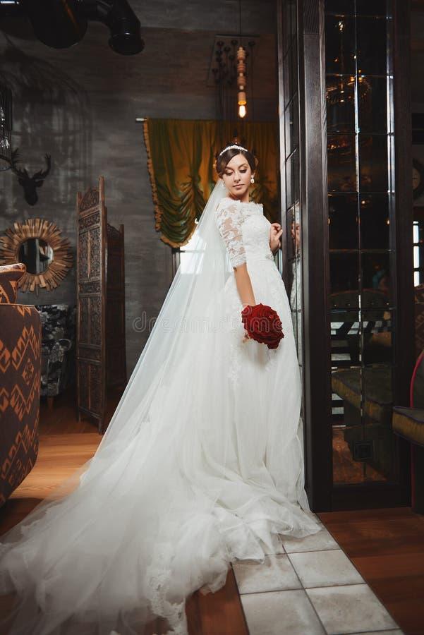 Härlig makeup för brudståendebröllop, frisyr royaltyfri bild