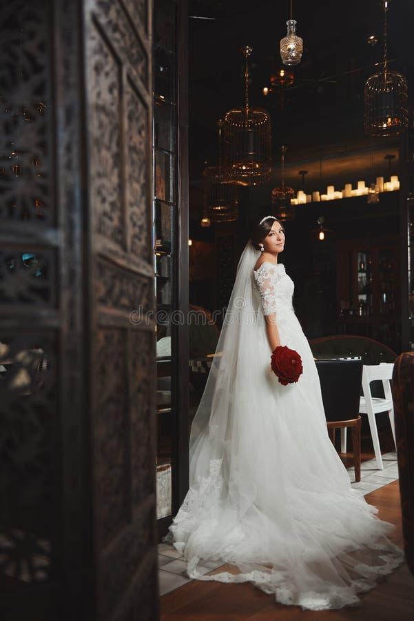 Härlig makeup för brudståendebröllop, frisyr arkivbilder