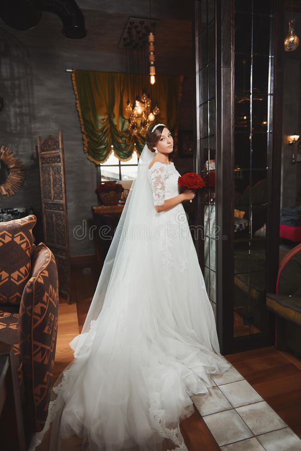 Härlig makeup för brudståendebröllop, frisyr royaltyfri foto