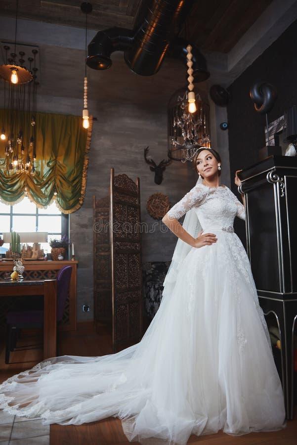 Härlig makeup för brudståendebröllop, frisyr arkivfoton