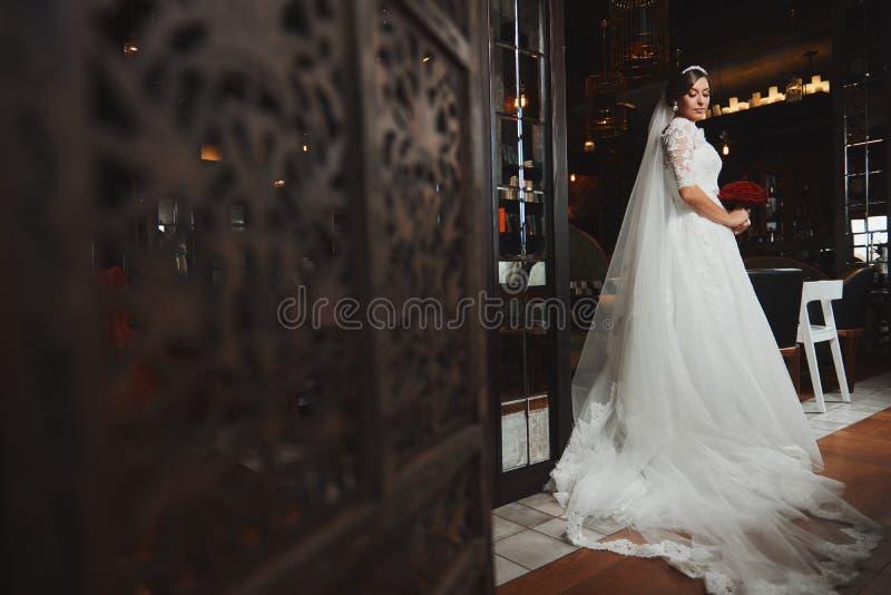 Härlig makeup för brudståendebröllop, frisyr fotografering för bildbyråer