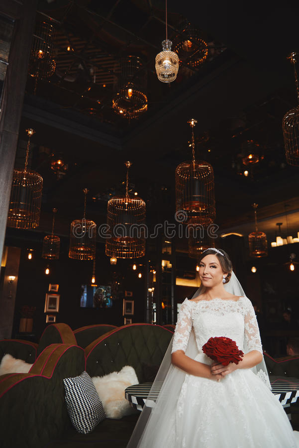 Härlig makeup för brudståendebröllop, frisyr royaltyfri fotografi