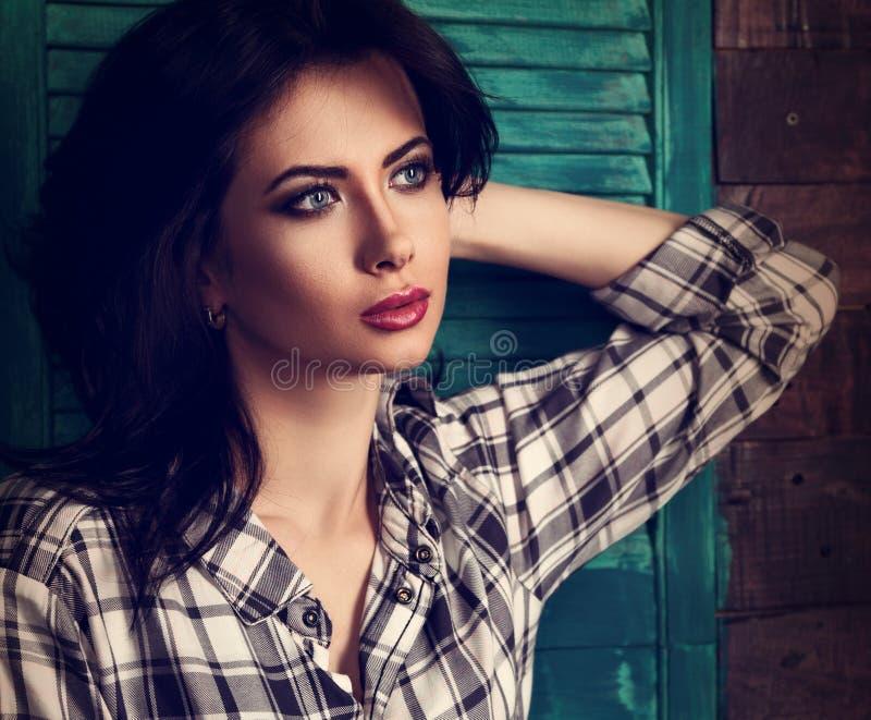 Härlig makeupkvinna i moderiktig svartvit rutig skjorta fotografering för bildbyråer