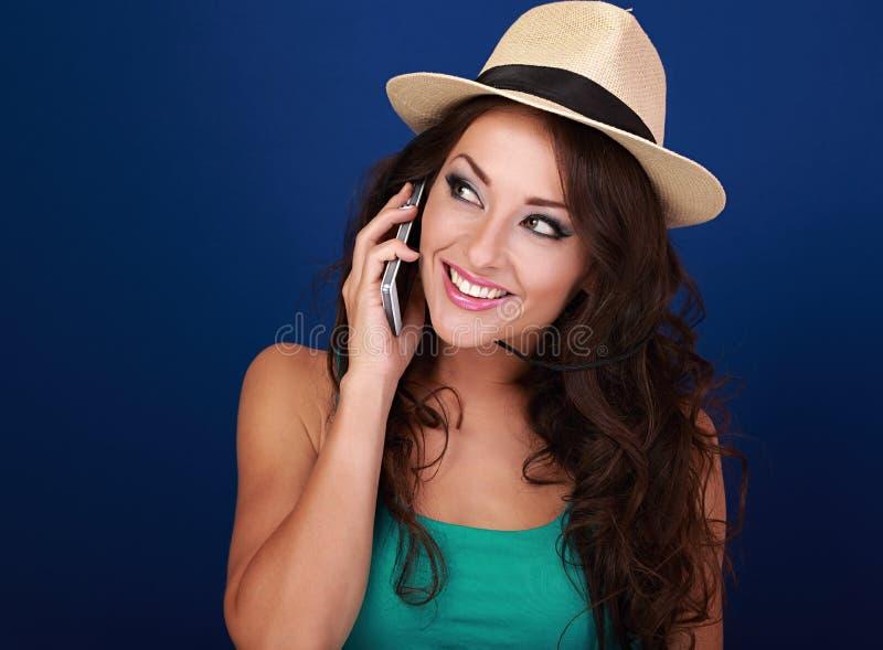 Härlig makeupkvinna som talar på mobiltelefonen i sommarhatt på royaltyfri foto