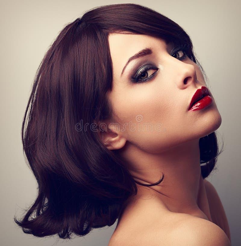 Härlig makeupprofil av kvinnan för svart hår Closeuptappning po royaltyfria foton