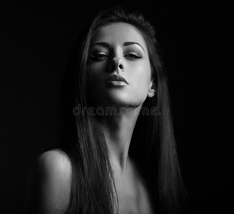 Härlig makeupserioiskvinna med långt hår som ser sexigt med halv skugga på framsidan kvinna för closeupframsidastående royaltyfria foton