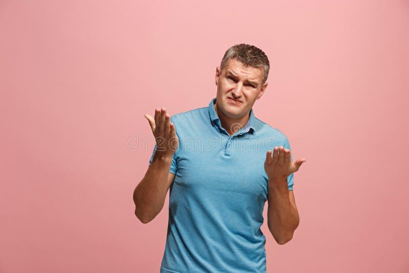 Härlig manlig i halvfigur stående som isoleras på rosa studiobackgroud Den unga emotionella förvånade mannen fotografering för bildbyråer