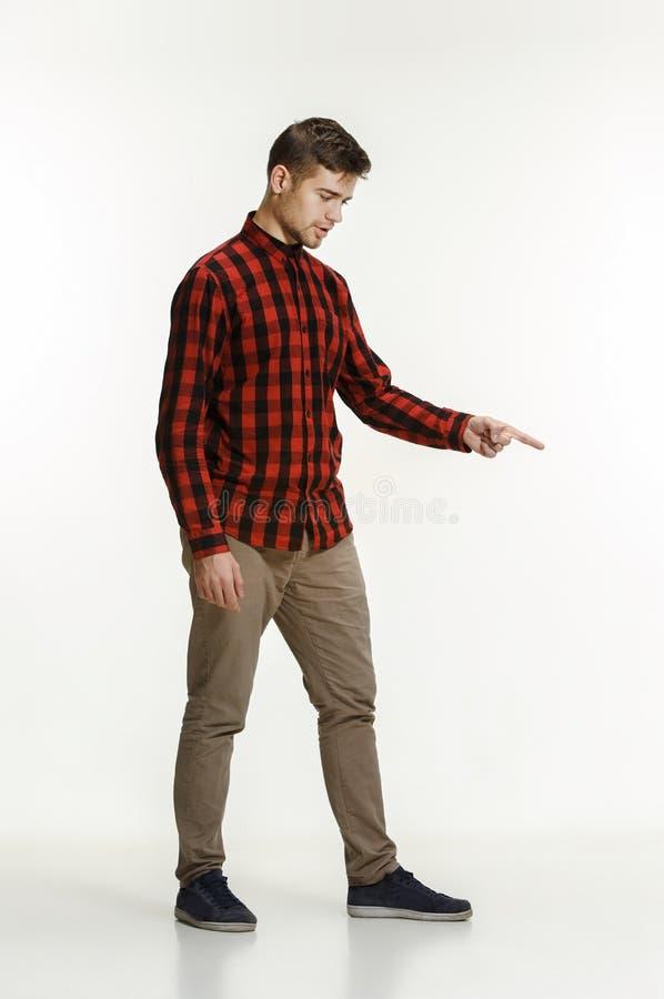 Härlig manlig i halvfigur stående som isoleras på studiobackgroud arkivbild