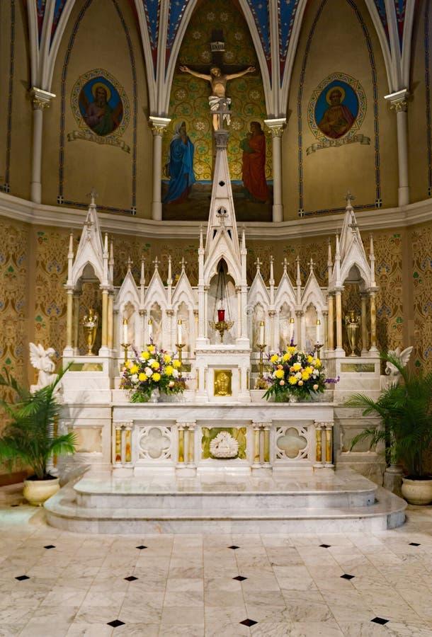 Härlig marmor förändrar sig på Sts Andrew katolsk kyrka royaltyfri foto