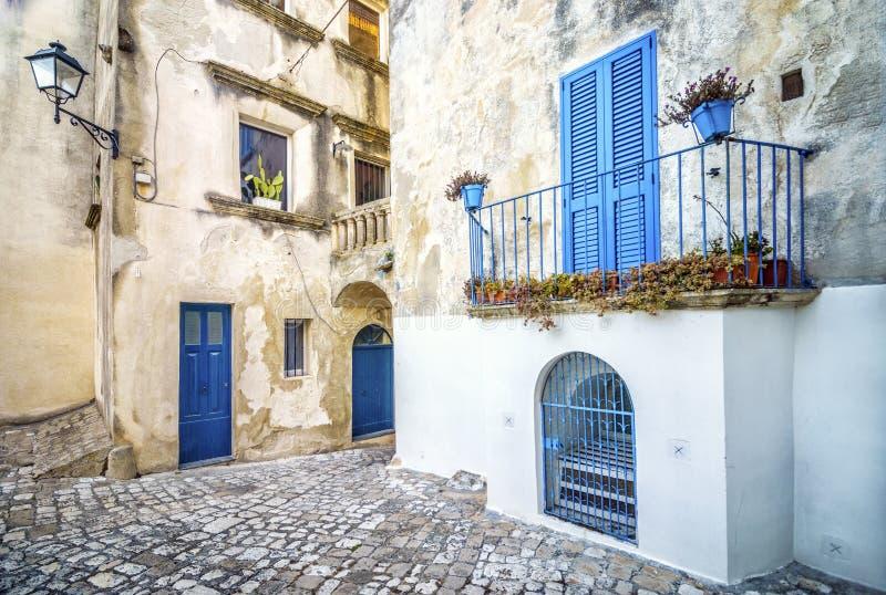 Härlig medelhavs- borggård i Otranto, Italien arkivbilder