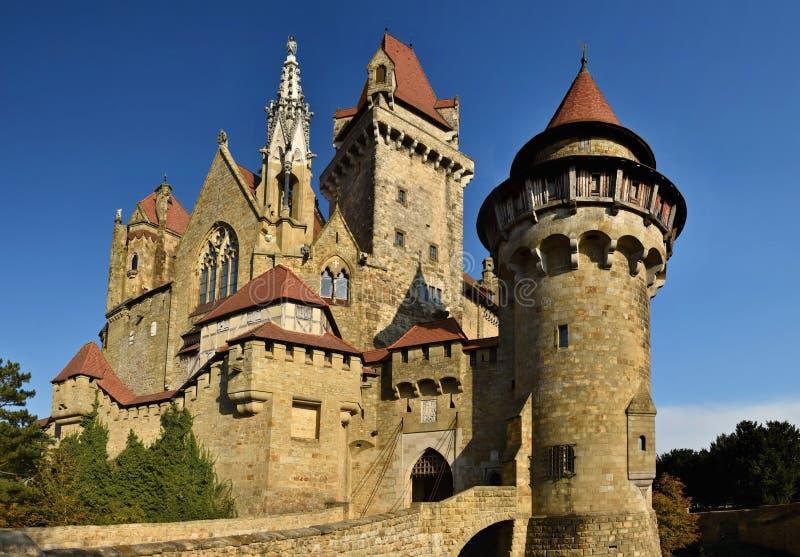 Härlig medeltida Kreuzenstein slott i den Leobendorf byn Nära Wien Österrike - Europa Dimma på sätta in arkivbild