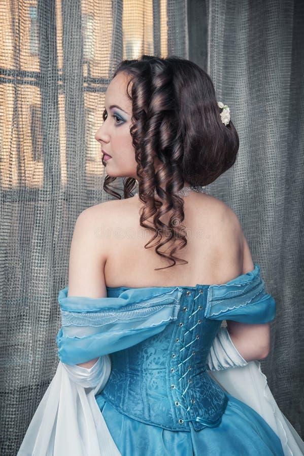 Härlig medeltida kvinna i blåttklänning arkivfoto
