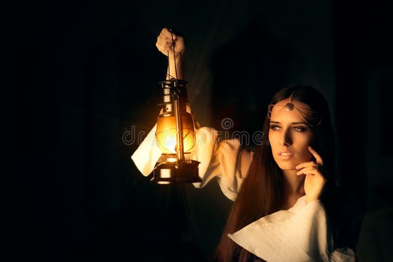 Härlig medeltida prinsessa Holding Lantern royaltyfri bild