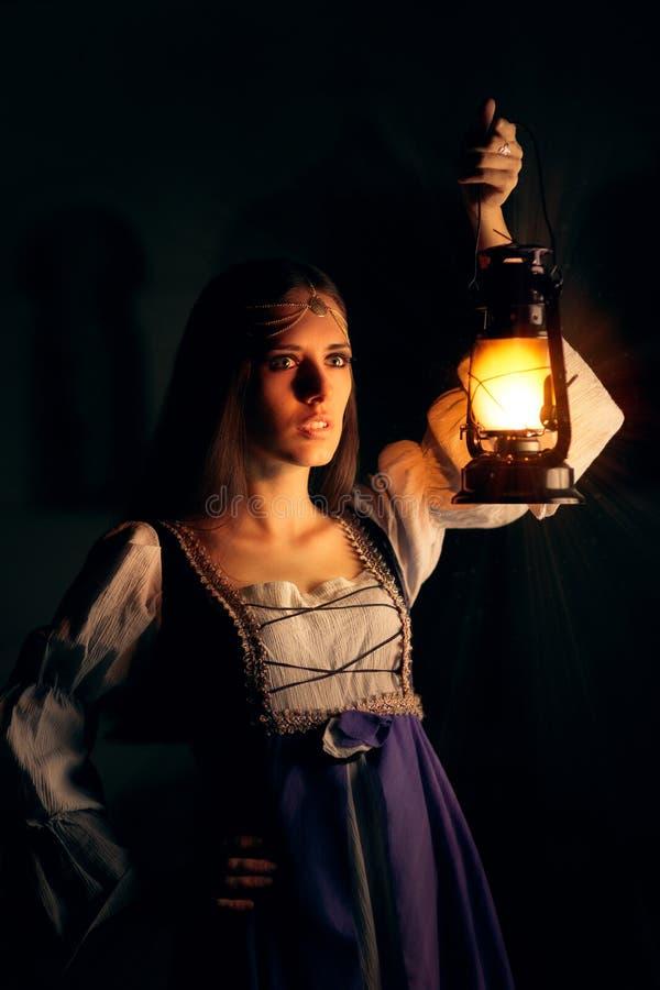 Härlig medeltida prinsessa Holding Lantern royaltyfria bilder