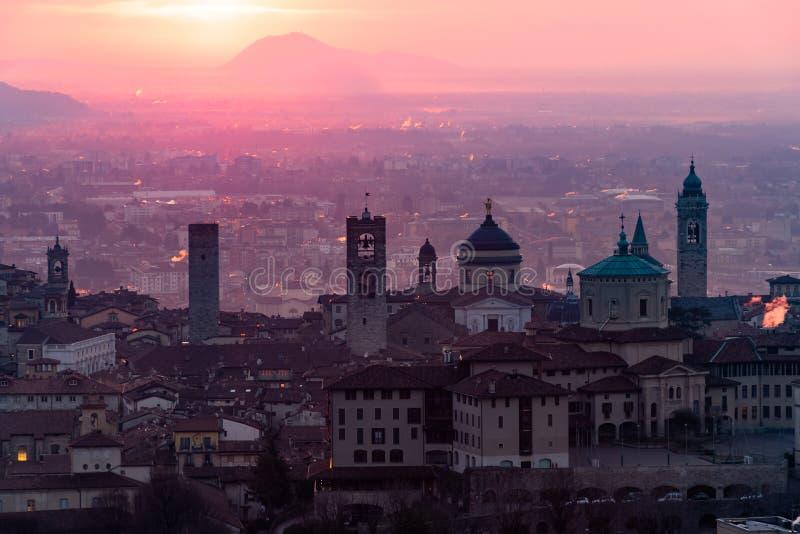 Härlig medeltida stad på soluppgångmorgonen med huvudsakliga sikt av Bergamo Lombardy från Castello di San Vigilio, Italien arkivfoton