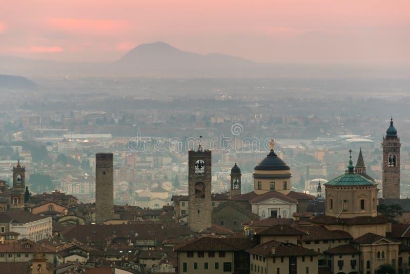 Härlig medeltida stad på soluppgångmorgonen med huvudsakliga sikt av Bergamo Lombardy från Castello di San Vigilio, Italien royaltyfri bild