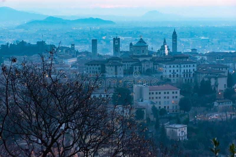 Härlig medeltida stad på soluppgångmorgonen med huvudsakliga sikt av Bergamo Lombardy från Castello di San Vigilio, Italien royaltyfri foto