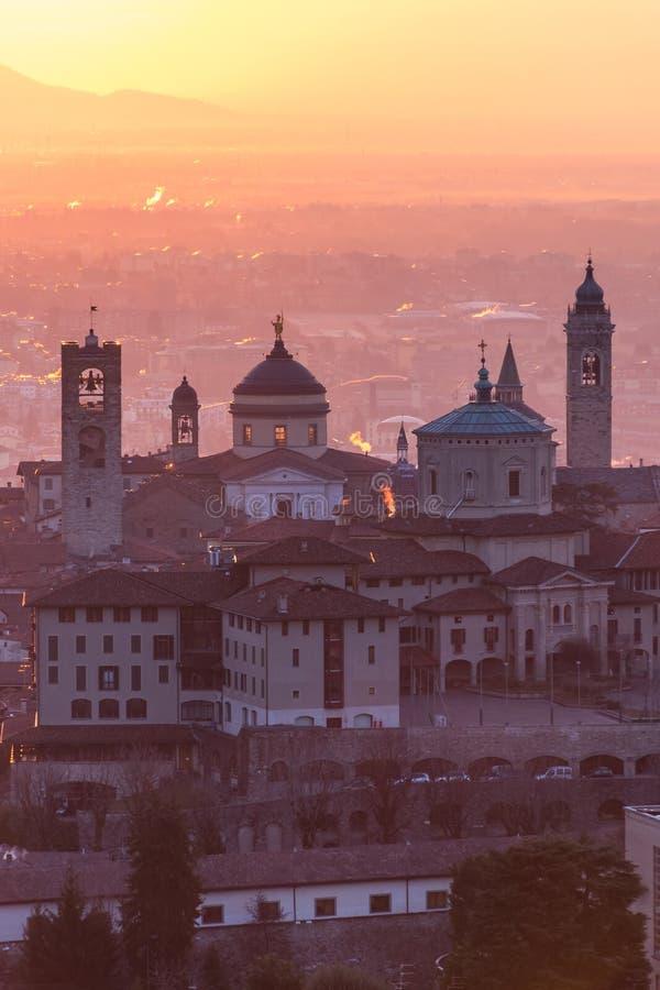 Härlig medeltida stad på soluppgångmorgonen med huvudsakliga sikt av Bergamo Lombardy från Castello di San Vigilio, Italien arkivbilder