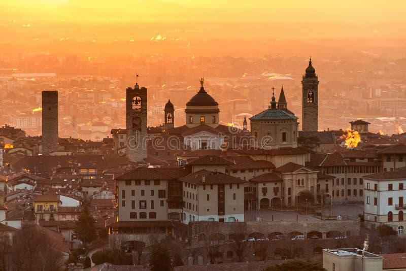 Härlig medeltida stad på soluppgångmorgonen med huvudsakliga sikt av Bergamo Lombardy från Castello di San Vigilio, Italien royaltyfria bilder