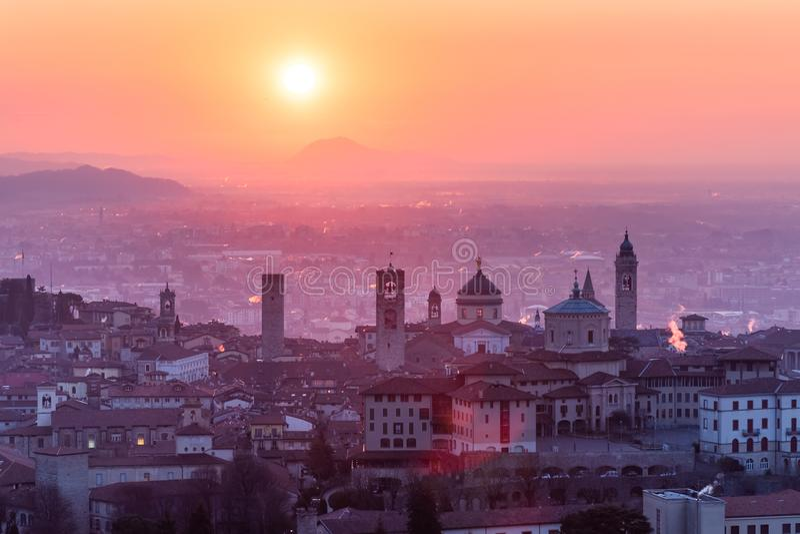 Härlig medeltida stad på soluppgångmorgonen med huvudsakliga sikt av Bergamo Lombardy från Castello di San Vigilio, Italien fotografering för bildbyråer