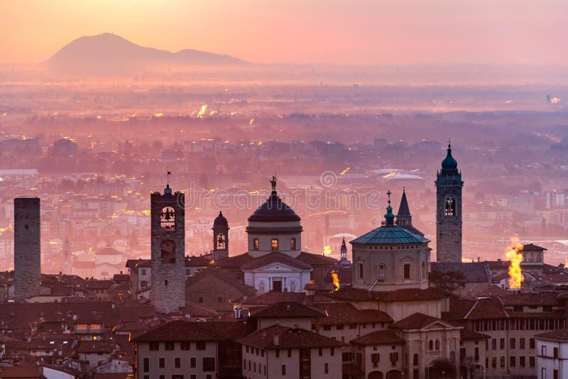 Härlig medeltida stad på soluppgångmorgonen med huvudsakliga sikt av Bergamo Lombardy från Castello di San Vigilio, Italien royaltyfri fotografi