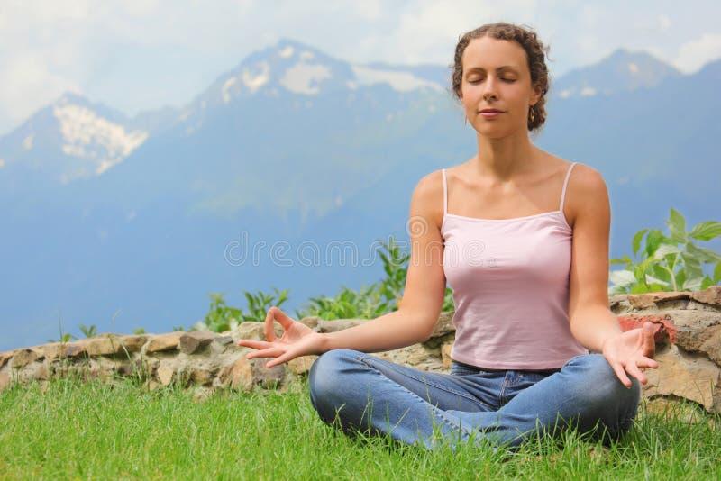 härlig meditera kvinna royaltyfri foto