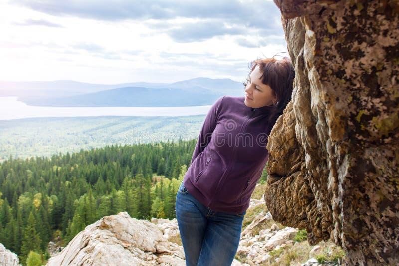 Härlig mindfulness för kvinnanöjereslust som fotvandrar bergsolsken Zyuratkul Chelyabinsk Ryssland royaltyfri foto