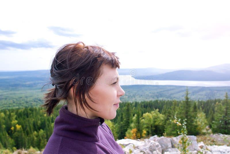 Härlig mindfulness för kvinnanöjereslust som fotvandrar bergsolsken Zyuratkul Chelyabinsk Ryssland arkivfoton