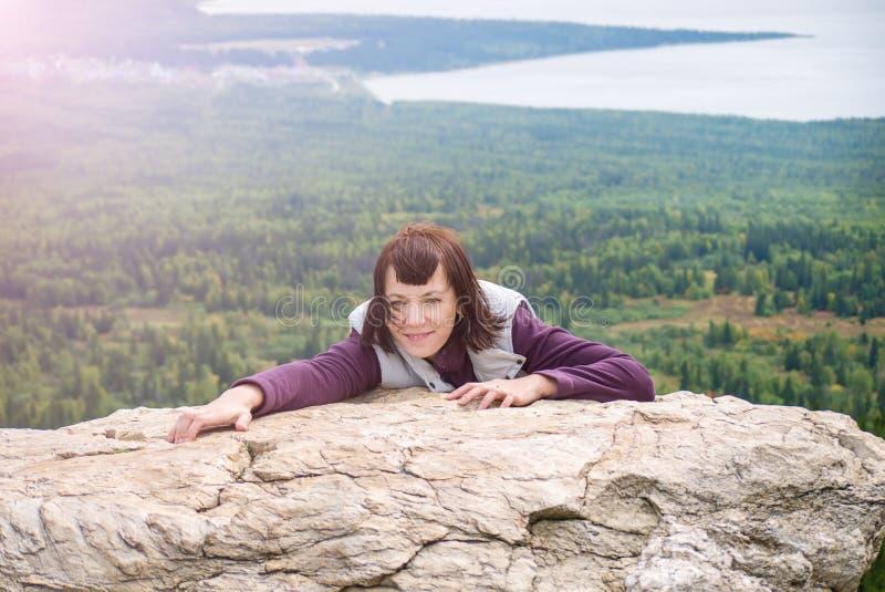 Härlig mindfulness för kvinnanöjereslust som fotvandrar bergsolsken Zyuratkul Chelyabinsk Ryssland royaltyfri fotografi